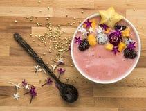 Un bol de yaourt fait à la maison avec des fruits, fond en bois photographie stock