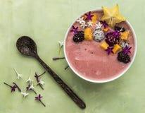 Un bol de yaourt fait maison avec des fruits photo stock