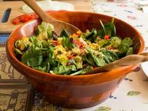 Un bol en bois de salade Image stock