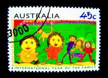 Un bollo stampato in Australia mostra ad un'immagine dell'anno internazionale del disegno della famiglia da Bobbie-Lea Blackmore  Fotografia Stock