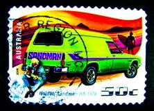 Un bollo stampato in Australia mostra un'immagine dell'uomo sabbia classico verde HX 1976 di Holden dell'automobile sul valore al Fotografie Stock Libere da Diritti