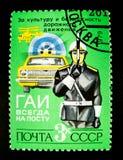 Un bollo stampato in Russia mostra un'immagine del poliziotto, del traffico-regolatore e di un'automobile con la sirena Immagine Stock