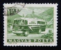 Un bollo stampato in Ungheria mostra il bus dell'affrancatura, circa 1963 Fotografia Stock Libera da Diritti