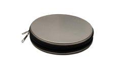 Un bolsillo del metal para almacenar los discos CD aislados en el fondo blanco imagen de archivo