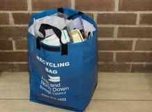 Un bolso de reciclaje proporcionó por el consejo local en Bangor Irlanda del Norte llenada de la basura recogida durante algunos  Imagen de archivo libre de regalías
