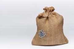 Un bolso llenado de la arpillera con un remiendo imagenes de archivo