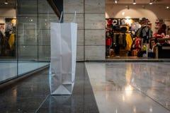 Un bolso que hace compras hecho de los soportes de papel en el vestíbulo de un centro comercial fotografía de archivo