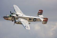 Un bombardero de B-25 Mitchell en vuelo imágenes de archivo libres de regalías