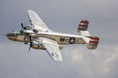Un bombardier de B-25 Mitchell en vol images libres de droits