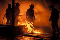 Un bombero rodeado por las llamas imagen de archivo