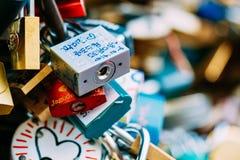 Un bon nombre d'amour ferme à clef sur le pont dans la ville européenne Photos stock