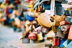 Un bon nombre d'amour ferme à clef sur le pont dans la ville européenne Photographie stock