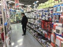 Un bon nombre d'assemblée de passe-temps modèlent des jouets sur l'étagère dans le centre commercial de Yodobashi Akihabara Photo libre de droits