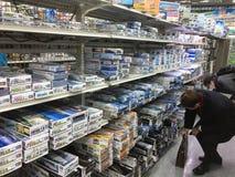 Un bon nombre d'assemblée de passe-temps modèlent des jouets sur l'étagère dans le centre commercial de Yodobashi Akihabara Image libre de droits