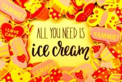Un bon nombre d'autocollants colorés de mousse dépeignant des coeurs, des papillons et des petits gâteaux ou crème glacée  Été ou photo stock