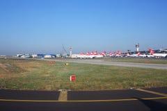 Un bon nombre d'avions s'élève à l'aéroport d'Ataturk Photographie stock