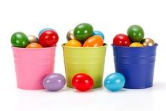 Oeufs de pâques colorés dans des seaux Images libres de droits