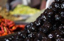 Un bon nombre d'olives noires photographie stock