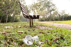 Un bon nombre d'ordures des déchets non dégradables au parc public images stock