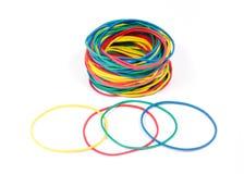 Un bon nombre de bandes élastiques de couleurs rouges, bleues, jaunes et vertes Images libres de droits