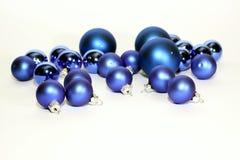 Un bon nombre de billes bleues de Noël sur le fond blanc Image libre de droits