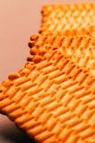 Un bon nombre de biscuits frais sur un fond foncé Image stock