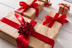 Un bon nombre de boîte-cadeau sur le bois blanc Image libre de droits