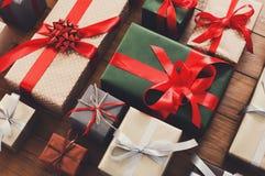 Un bon nombre de boîte-cadeau sur le bois, cadeaux de Noël en papier Photo libre de droits