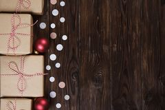Un bon nombre de boîte-cadeau sur le fond en bois avec des confettis Photo libre de droits