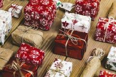 Un bon nombre de boîte-cadeau sur le fond en bois Présents dans le métier et le col Image stock