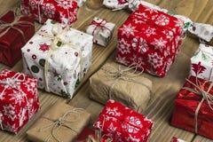 Un bon nombre de boîte-cadeau sur le fond en bois Présents dans le métier et le col Photos libres de droits