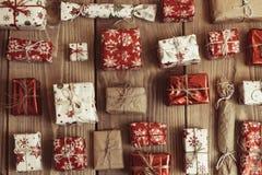 Un bon nombre de boîte-cadeau sur le fond en bois Présents dans le métier et le col Images stock