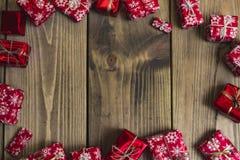 Un bon nombre de boîte-cadeau sur le fond en bois Présents dans le métier et le col Photo stock