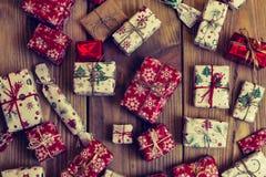 Un bon nombre de boîte-cadeau sur le fond en bois Présents dans le métier et le col Images libres de droits