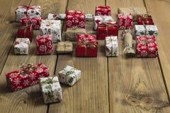 Un bon nombre de boîte-cadeau sur le fond en bois Présents dans le métier et le col Photos stock