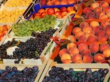Un bon nombre de boîtes à fruit à vendre au marché Photo stock