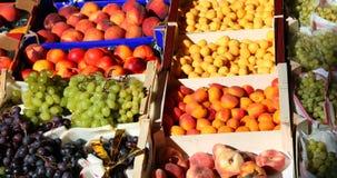 Un bon nombre de boîtes à fruit à vendre sur le marché de fruits et légumes Photographie stock