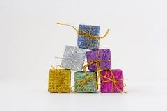 Un bon nombre de boîtes avec des cadeaux sur un fond blanc Photographie stock libre de droits