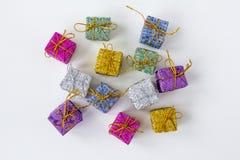 Un bon nombre de boîtes avec des cadeaux sur un fond blanc Photographie stock