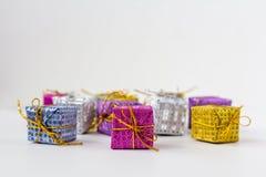 Un bon nombre de boîtes avec des cadeaux sur un fond blanc Images stock