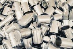 Un bon nombre de boîtes en fer blanc en métal Photo stock