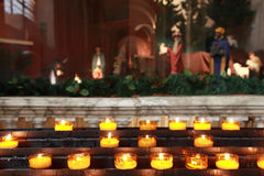 Un bon nombre de bougies jaunes dans l'exposition de Noël Photographie stock libre de droits