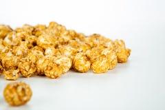 Un bon nombre de boules de maïs éclaté avec du sucre photographie stock