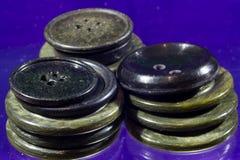 Un bon nombre de boutons gris et noirs Photo libre de droits