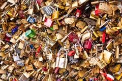 Un bon nombre de cadenas sur le pont Frances au-dessus de Seine, Paris, symbolisant l'amour et la confiance Photographie stock