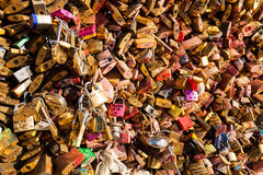 Un bon nombre de cadenas sur le pont Frances au-dessus de Seine, Paris, symbolisant l'amour et la confiance Photos stock