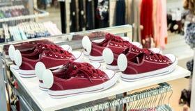 Un bon nombre de chaussures colorées d'espadrille en vente Images libres de droits