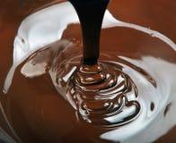 Un bon nombre de chute de chocolat images stock