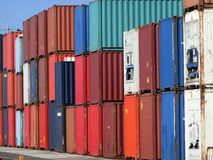 Un bon nombre de conteneurs de cargaison colorés Photographie stock