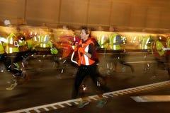 Un bon nombre de coureurs dans des vêtements colorés Photographie stock libre de droits